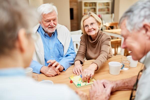 Towarzystwo innych ludzi pomaga wolniej się starzeć [Fot. Robert Kneschke - Fotolia.com]