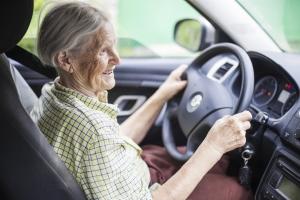 TwÃłj rodzic nie prowadzi samochodu ze względu na wiek? Jego zdrowie moÅźe ucierpieć [Fot. Andrey Bandurenko - Fotolia.com]