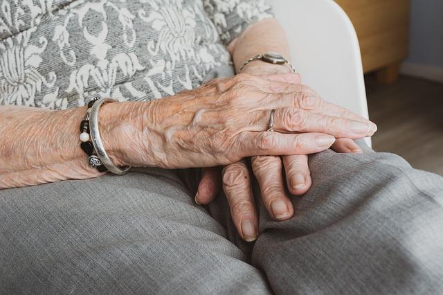 U kobiet samotność grozi nadciśnieniem [fot. Sabine van Erp from Pixabay]