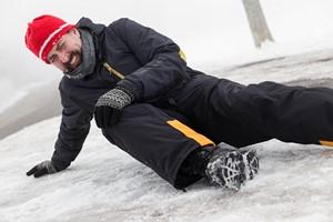 Upadek na śliskim chodniku, zranienie soplem. Jak ubiegać się o wypłatę odszkodowania za zimowy wypadek? [© M.Dörr & M.Frommherz - Fotolia.com]