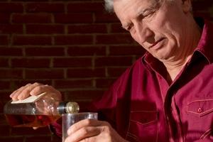 Upadki i niezażywanie leków - skutki nadmiaru alkoholu u starszych [© aletia2011 - Fotolia.com]