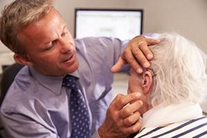 Usłyszeć świat. Starszy nie musi oznaczać niesłyszący [© Monkey Business - Fotolia.com]