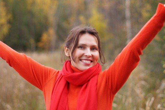 Uśmiech zwiększa poczucie szczęścia [fot. Anastasia Borisova from Pixabay]