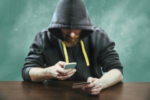 Uwaga! Przez nieostrożne korzystanie z telefonu można stracić pieniądze [Fot. Mikko Lemola - Fotolia.com]
