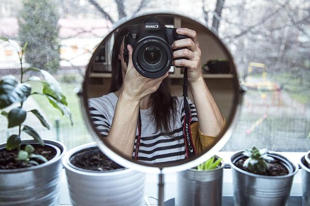 Uważność pomaga poprawić obraz własnego ciała [fot. Milada Vigerova from Pixabay]