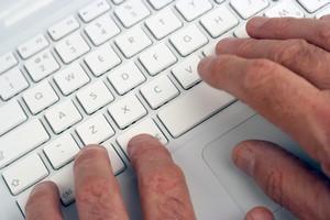 U�ywasz cz�sto klawiatury? Uwa�aj na zesp� cie�ni kana�u nadgarstka [© Ronald Hudson - Fotolia.com]