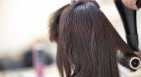 Włosy po pięćdziesiątce: co im szkodzi i jak o nie dbać?