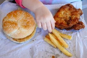 """WHO apeluje: przestańcie reklamować """"śmieciowe jedzenie"""" dzieciom [Śmieciowe jedzenie, © Rafael Ben-Ari - Fotolia.com]"""