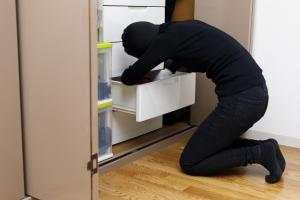 Wakacje. Jak zabezpieczyć mieszkanie przed wyjazdem? [Fot. beeboys - Fotolia.com]