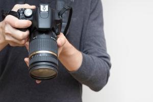 Wakacje: aparat fotograficzny czy smartfon. Z czego częściej korzystamy? [Fot. santiago silver - Fotolia.com]