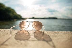 Wakacje nad morzem - z soczewkami czy okularami? [Fot. Pavel - Fotolia.com]