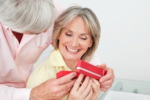 Walentynki - jeden na trzech seniorów kupuje prezenty na Dzień Zakochanych [© Robert Kneschke - Fotolia.com]
