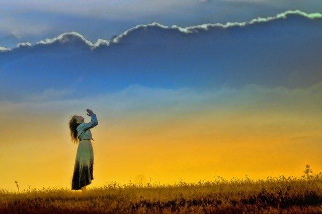 Wiara w Boga pozytywnie wpływa na leczenie chorób psychicznych? [fot. Barbara Jackson from Pixabay]