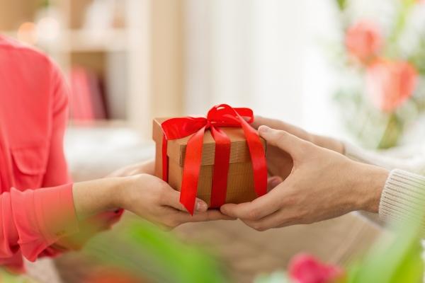 Większe poczucie szczęścia zyskujemy dając prezenty niż je otrzymując [Fot. Syda Productions - Fotolia.com]