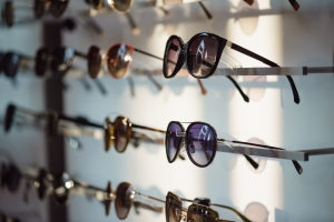 Większość Polaków używa okularów przeciwsłonecznych, które nie chronią wzroku   [Fot. Maksim Shebeko - Fotolia.com]