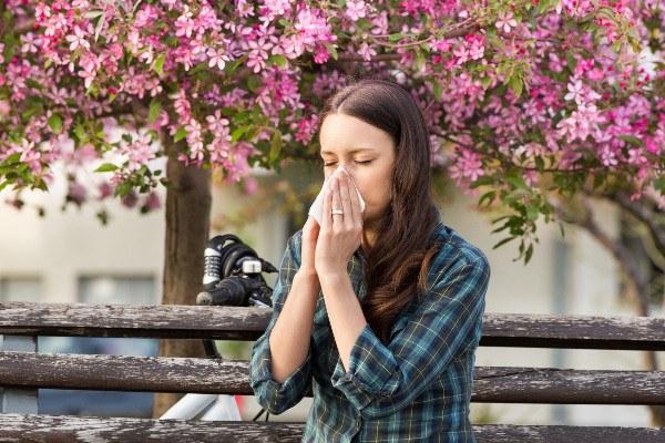 Wiosenne kłopoty zdrowotne: alergie, przeziębienia, bóle głowy [Fot. Budimir Jevtic - Fotolia.com]