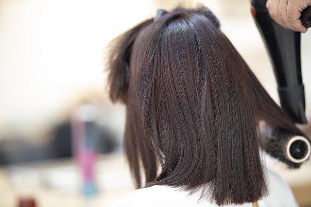 Włosy po pięćdziesiątce: co im szkodzi i jak o nie dbać? [fot. Engin Akyurt from Pixabay]