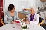 Wolontariusze odmieniają życie samotnych seniorów - nie tylko w Dzień Babci i Dziadka [© Gina Sanders - Fotolia.com]