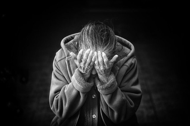 Wśród seniorów kobiety częściej chorują na depresję niż mężczyźni [fot. Free-Photos from Pixabay]