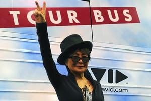 Yoko Ono rusza w trasę w edukacyjnym autobusie [Yoko Ono, fot. lennonbus.org]