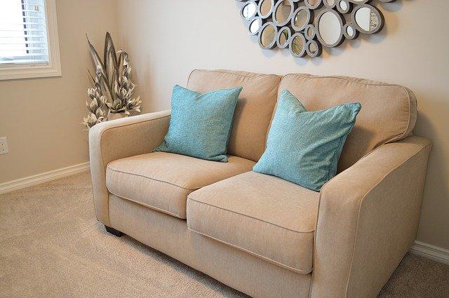Zamiast siedzenia na kanapie lepszy jest sen lub ćwiczenia  [fot. ErikaWittlieb from Pixabay]
