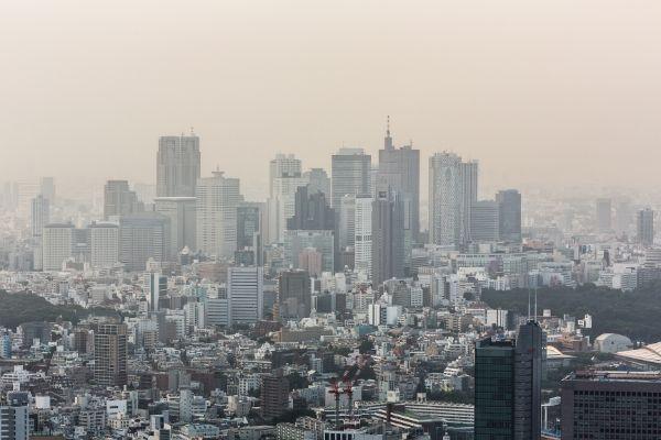 """Zanieczyszczenia powietrza to śmiertelna """"pandemia"""". Skraca nam życie o 3 lata [fot. collage Senior.pl / Canva]"""