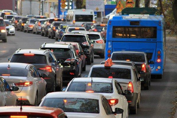 Zanieczyszczenia z ruchu ulicznego skutkują udarem [fot. Alexander Grishin z Pixabay]