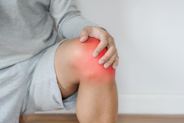 Zapalenie stawów kolanowych - pomaga szybki spacer [Fot. sasinparaksa - Fotolia.com]