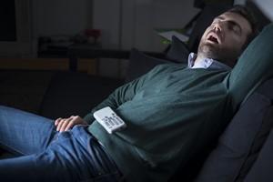 Zasypianie przed telewizorem a zdrowie - sprawdź, co to może oznaczać [© Paolese - Fotolia.com]