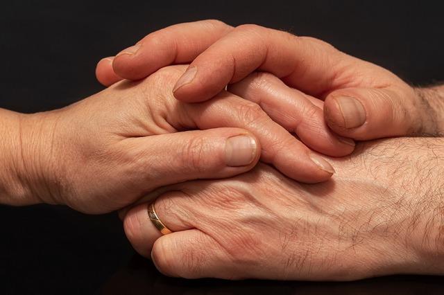 Zaufanie - seniorzy wykazują go więcej i są szczęśliwsi [fot. Myriams-Fotos from Pixabay]