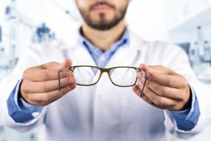 Źle dobrane okulary szkodzą [Fot. ronstik - Fotolia.com]