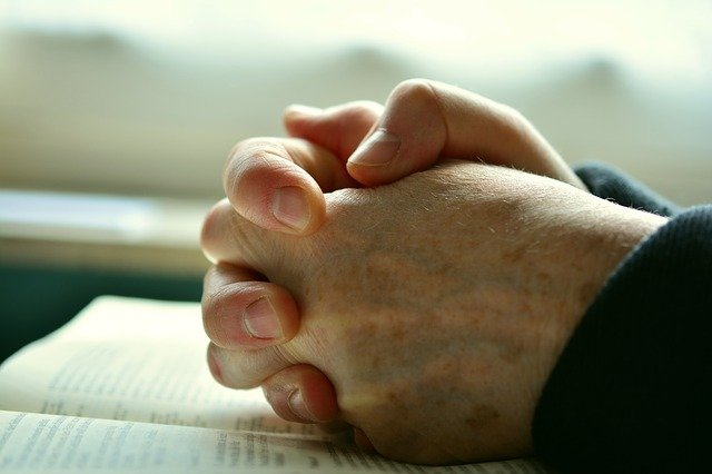 Zmagasz się z trudnymi emocjami i sytuacjami? Pomóc może modlitwa [fot.  congerdesign from Pixabay]