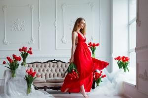 Zmysłowa, elegancka, uniwersalna. Kilka słów o czerwonej sukience [Fot. sergiophoto - Fotolia.com]
