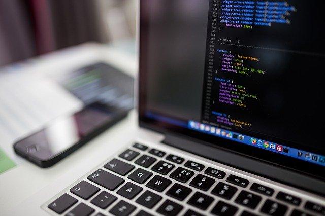 Znak czasów: częściej ufamy komputerom niż ludziom [fot. StockSnap from Pixabay]