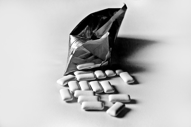 Żucie gumy może skutkować... znaczną utratą na wadze [fot. athree23 from Pixabay]